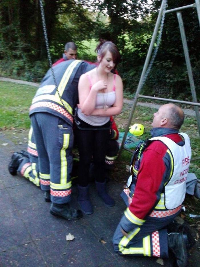 Mi hija quedó atrapada en un columpio para bebés y tuve que llamar a los bomberos entre risas