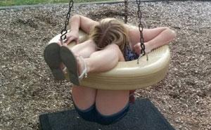 30 Adultos que terminaron mal al intentar jugar en columpios infantiles