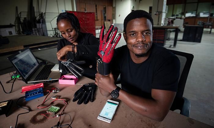 Un inventor keniano de 25 años ha inventado unos guantes inteligentes que traducen automáticamente el lenguaje de signos
