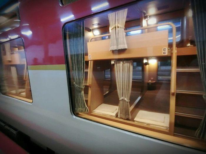 Los trenes nocturnos japoneses parecen normales por fuera, pero son un oasis de paz por dentro