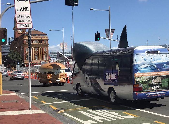 Un Autobús-Tiburón Persiguiendo Un Filete De Pescado En Auckland