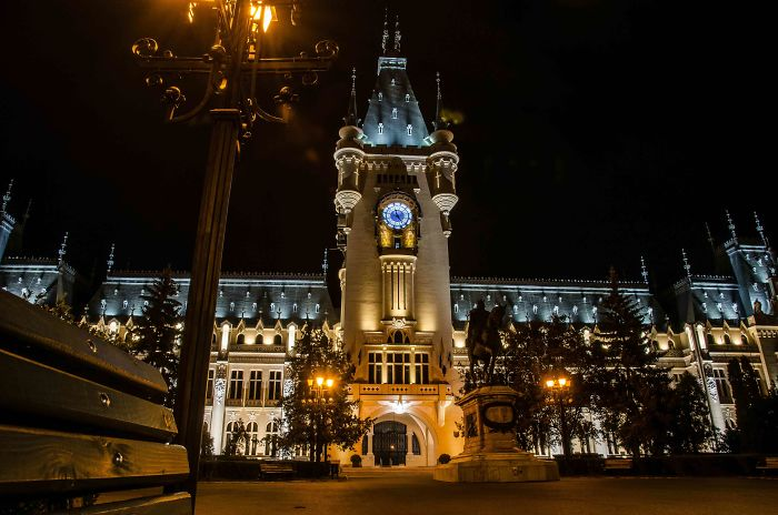10 Most Beautiful At Night Buildings In The World