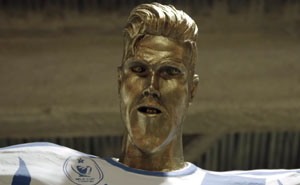 David Beckham Goes To See His Statue For The First Time, Doesn't Know It's Been Replaced By A Prank One