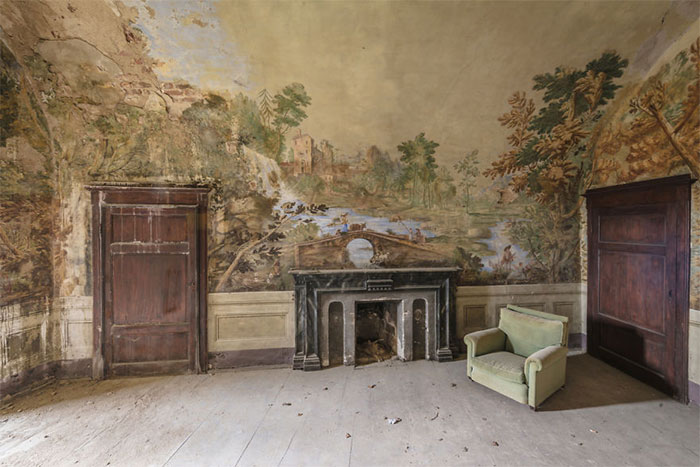 I Photograph Incredible Paintings That People Have Left Behind In Abandoned Buildings Around Europe