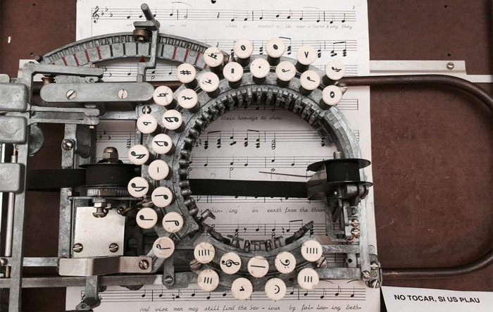 Esta es una máquina de escribir música de los años 50, solo quedan unas pocas en la actualidad