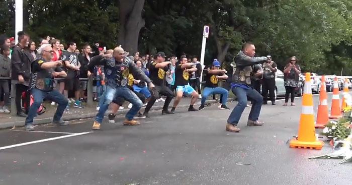 Este club de moteros rinde homenaje a las víctimas de Christchurch realizando una emotiva danza Haka