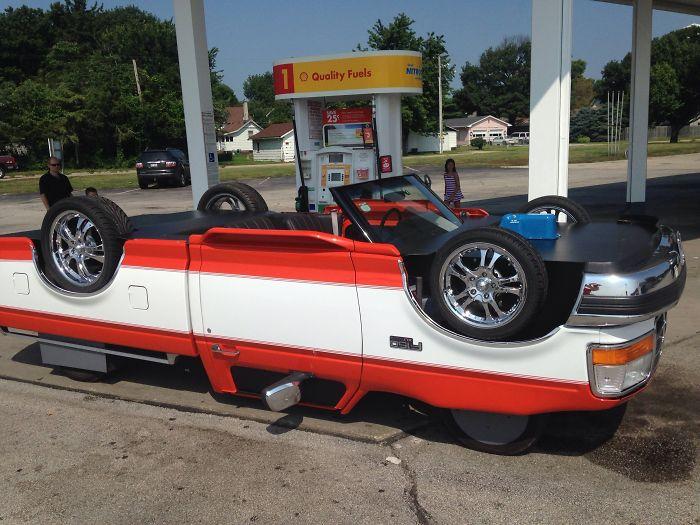 Vi este coche repostando gasolina en Illinois. Las ruedas de arriba también giran