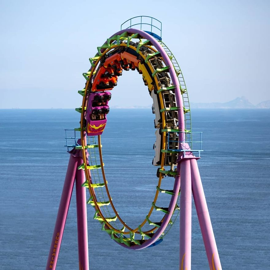 It Really Doesn't Matter If You Ride It With Empty Stomach Or Not 空唔空肚玩最後都一樣 . #rollercoaster #creativecloud_reimagine #loop