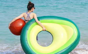 Se vuelve tendencia este flotador en forma de aguacate con hueso - pelota