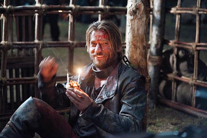 Nikolaj Coster-Waldau celebrando su cumpleaños encadenado en la 2ª temporada