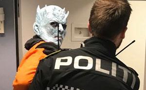 La policía noruega arresta al Rey de la Noche por destruir el Muro, y comparten sus fotos policiales