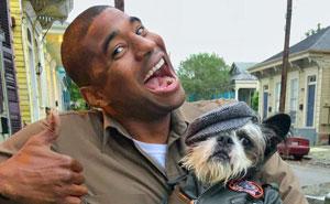 Este conductor de UPS se entretiene en el trabajo fotografiándose con todos los perros que encuentra