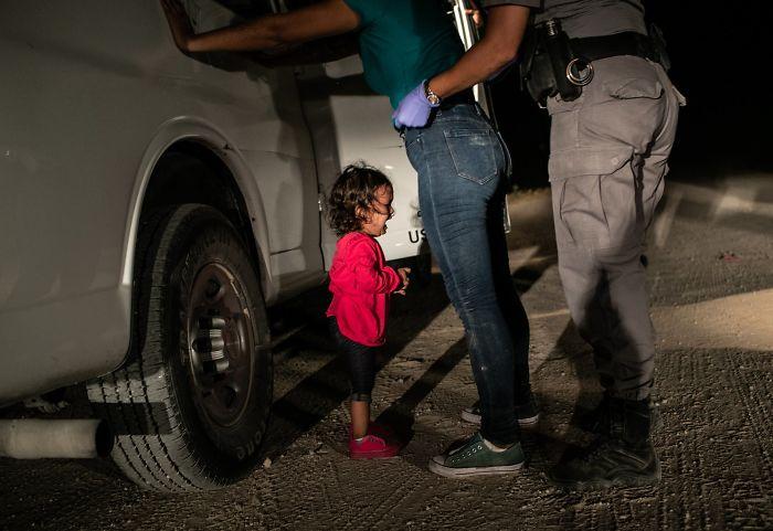 """Noticias, """"Niña llorando en la frontera"""", John Moore"""
