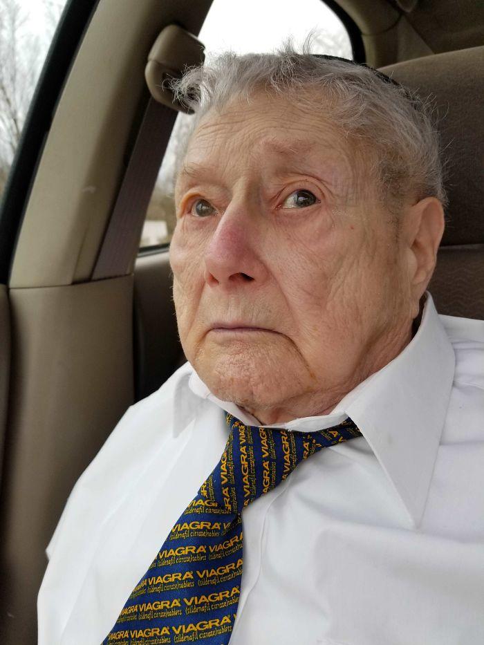 A mi abuelo le regalaron esta corbata en los años 90 y la lleva a cada Séder de Pascua
