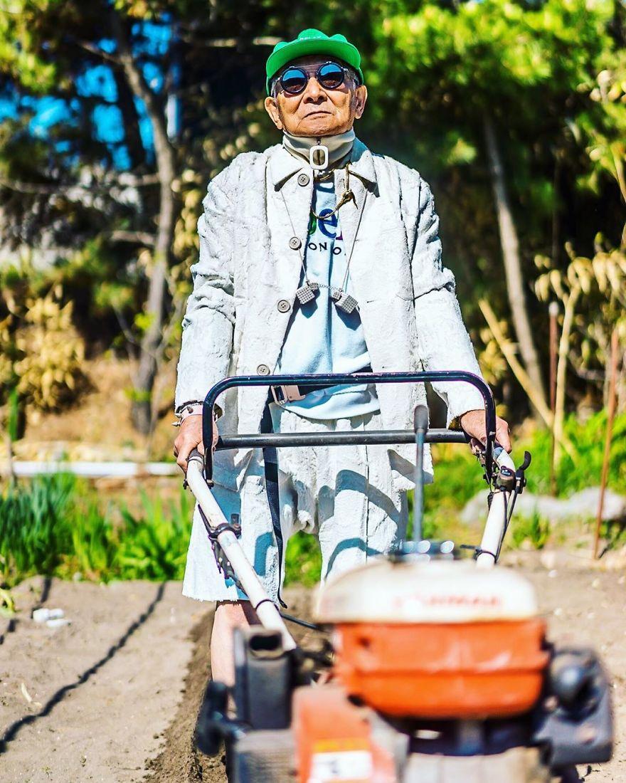 Panas terik yang menyengat bukan halangan bagi sang kakek untuk tetap bergaya.