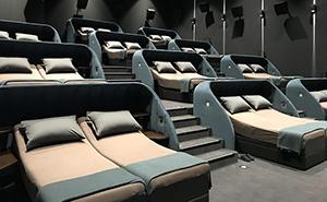 Esta sala de cine suiza ha cambiado todos los asientos por camas dobles
