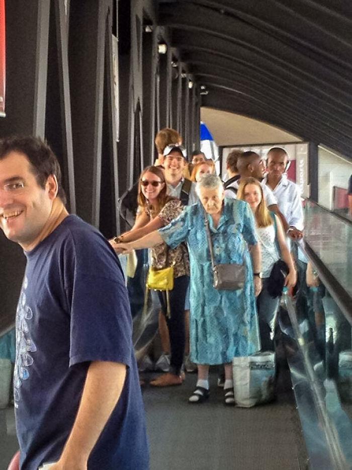 Mi amigo estaba en el aeropuerto, y esta anciana francesa simplemente era ajena a todo
