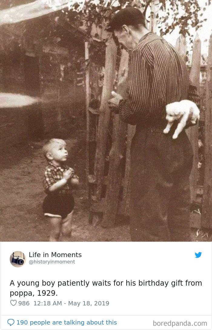 Niño esperando pacientemente el regalo de cumpleaños de su padre, 1929