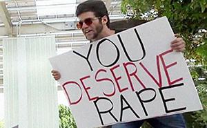 Un predicador con un cartel que decía