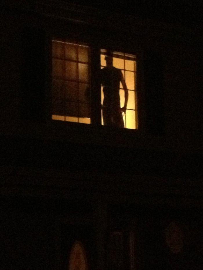 Cada vez que vuelvo tarde a casa me pego un susto con la silueta antiladrones de mi vecino