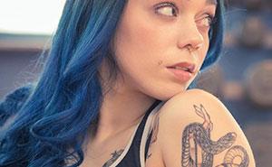 Esta novia pidió a una invitada que se tapara los tatuajes para la boda, así que compartió la conversación en un grupo para avergonzar a novias