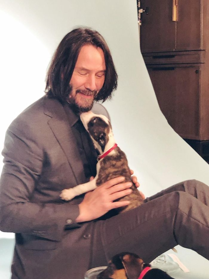 Keanu Reeves Doesn't Touch People When Taking Pictures And It's Too Pure For This World (5 Pics)