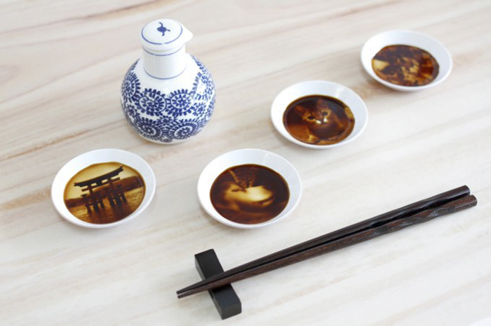 """After Pouring Soy Sauce Into These Plates, Entire """"Hidden Paintings"""" Appear"""