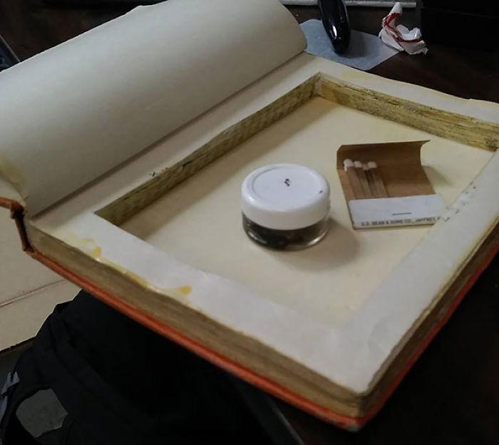 Recibido en el centro de donaciones. Alguien ocultaba su alijo de drogas dentro de este libro