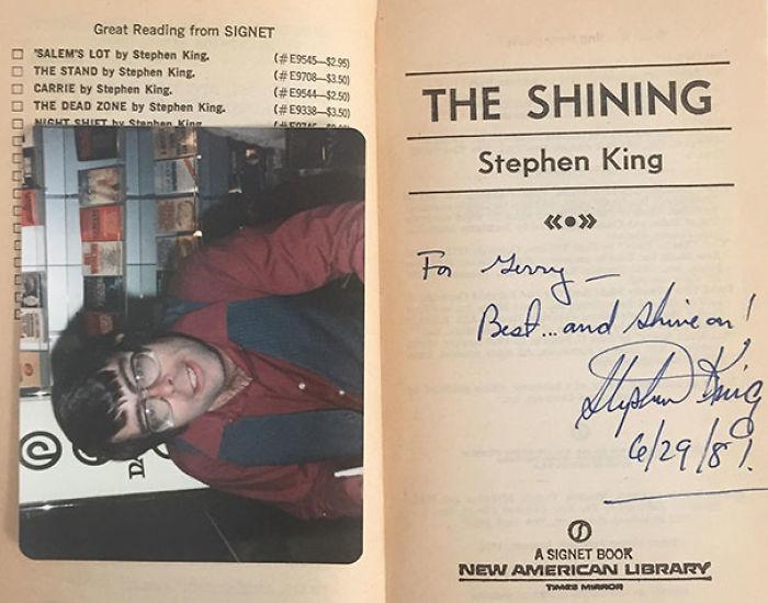 Nada como coger un libro y encontrar dentro un autógrafo y una foto del autor