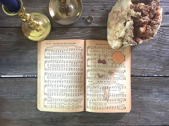 Piezas de una antigua muñeca de papel en un libro de partituras