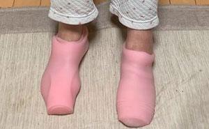 Esta abuela confundió los juguetes sexuales de su nieto con unos calcetines térmicos, y fue difícil quitárselos