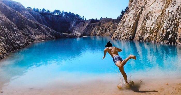 Estos influencers están enfermando tras confundir los residuos tóxicos de una mina con un bello lago azul