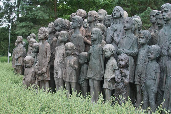 تمثال الأطفال الـ 82 المفجع الذين تم تسليمهم إلى النازيين في مدينة ليديس في عام 1942