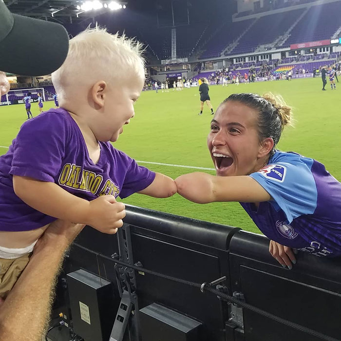 This 2-Year-Old Just Met A Footballer Who Was Born Without A Forearm, Too