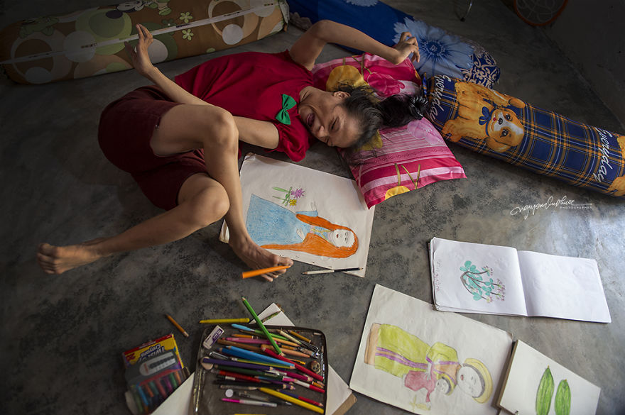 This 27-Year-Old Girl Is Disabled But She Uses Her Feet To Draw Optimistic Pictures With Hopes Of Supporting Her Mother