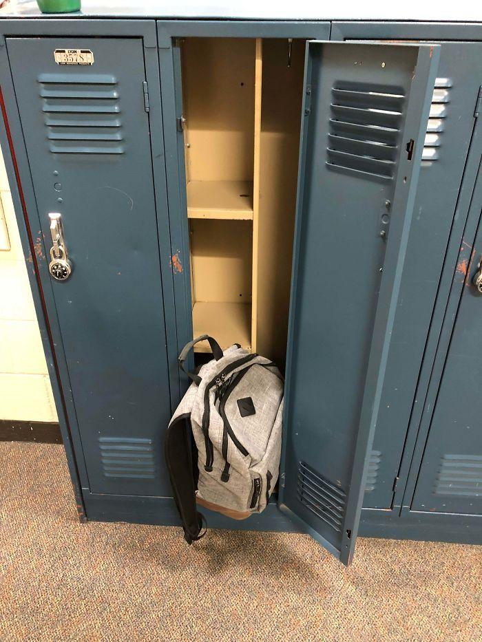 No me cabe ni la mochila en las taquillas del instituto por culpa de los estantes