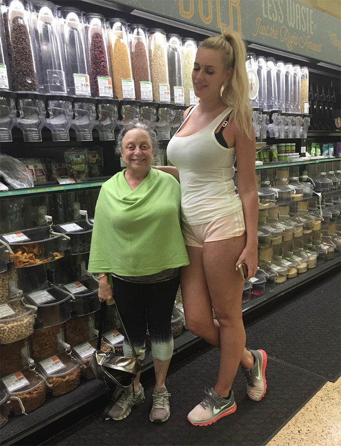 My Short Mom Sends Our Family Photos Of Her With Really Tall People