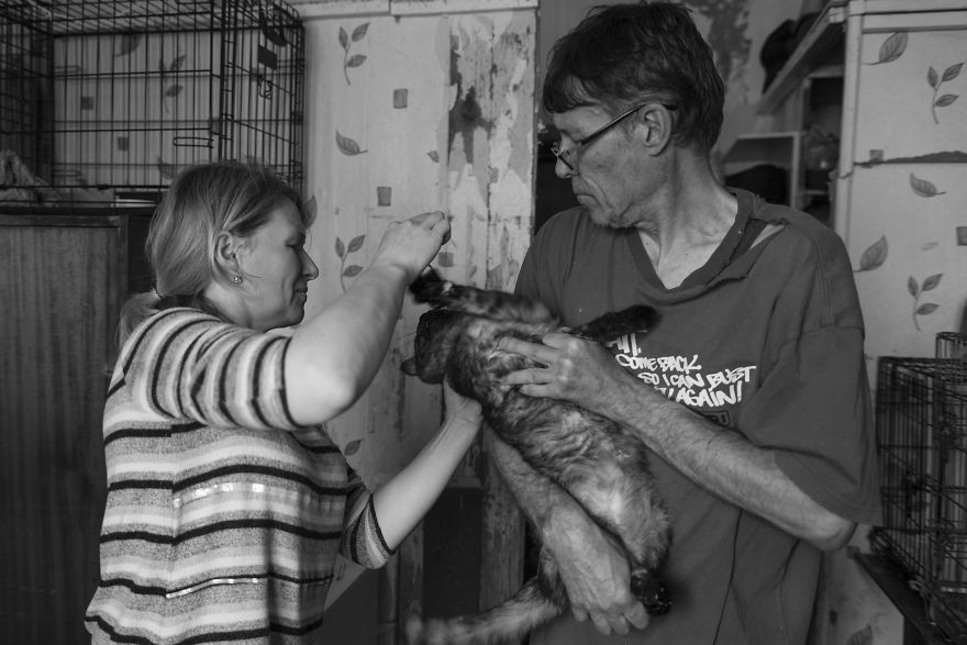 I Capture A Heartbreaking Story About A Woman That Dedicated Her Life To Stray Cats Despite Her Own Hardships