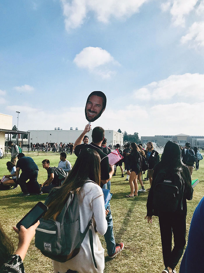 Mi profesor con un cartel de su cara para que no se pierda nadie durante el simulacro de incendios
