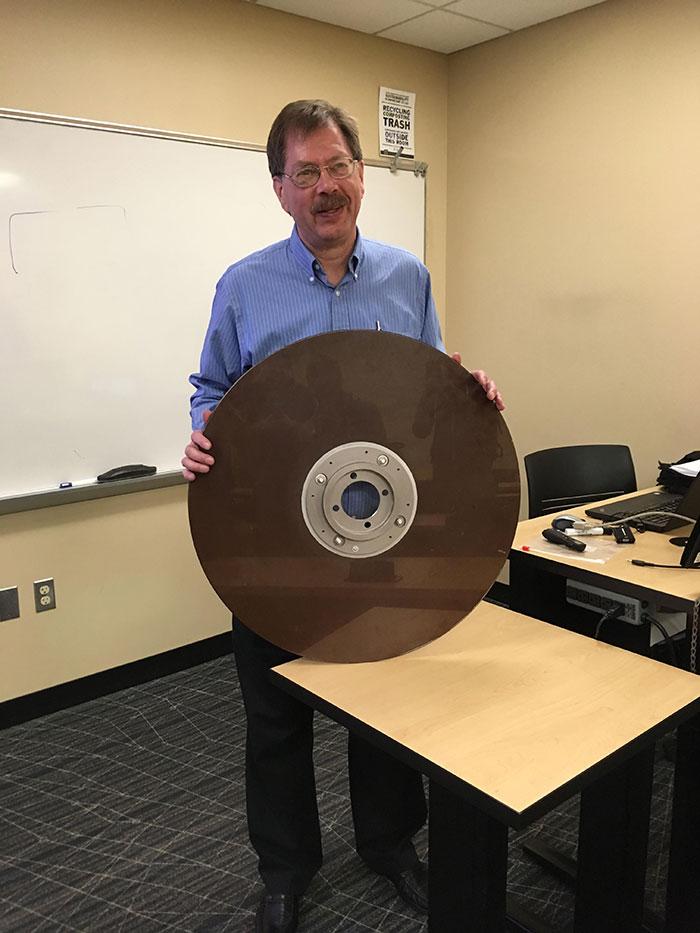El profesor ha traido un disco duro de 10 megas de los años 60