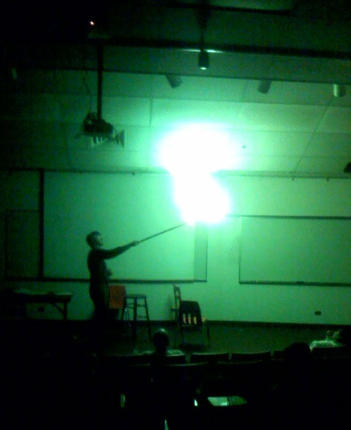 Mi profesor explotando un globo de hidrógeno, parece magia