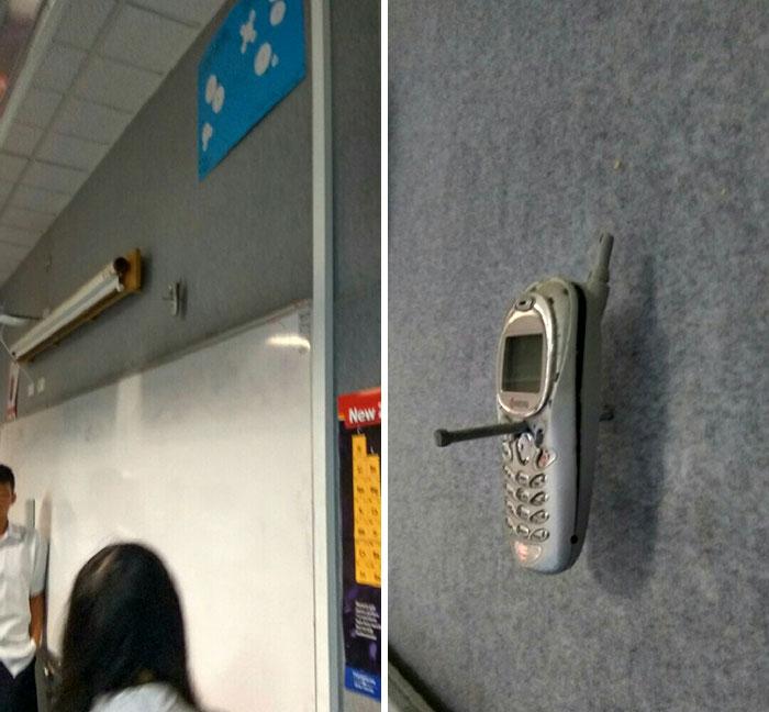 Hace 20 años, un profesor clavó el móvil de un estudiante a la pared por usarlo en clase. Aún sigue ahí
