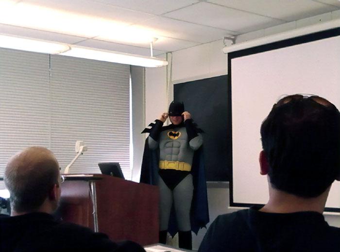 El profesor dijo que si la clase sacaba una media del 80% en el examen, se vestiría de Batman