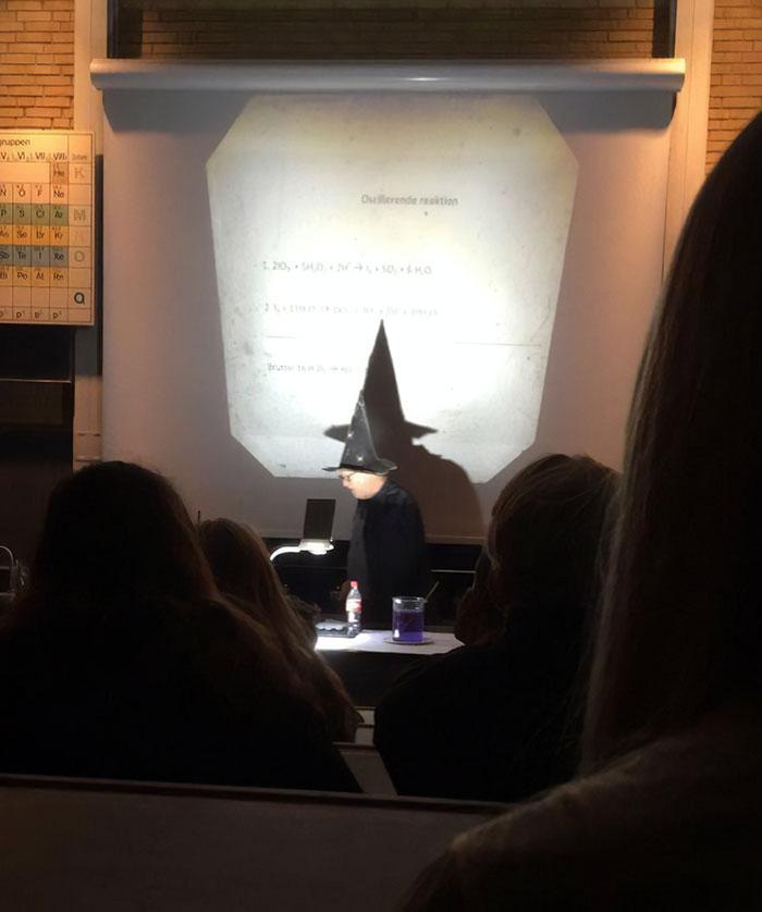 Cada vez que hay que hacer un experimento, mi profesor se pone su gorro y su capa