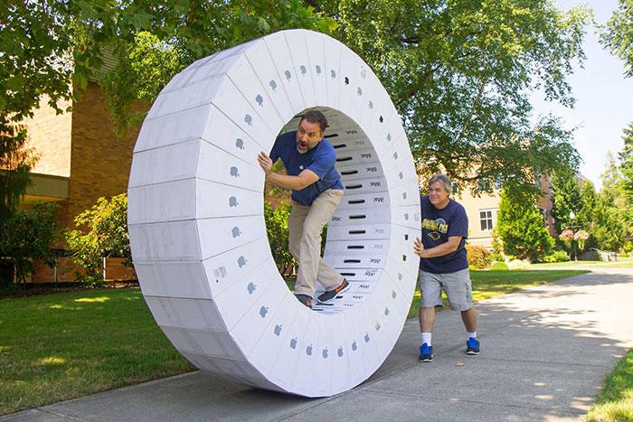 En mi escuela han traido un montón de iMacs y esto es lo que han hecho con las cajas