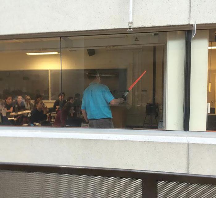 El profesor ha perdido su puntero y lleva varias clases usando esto