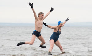 I Spent A Year Photographing Intrepid Outdoor Swimmers In Scotland In All Weathers (59 Pics)