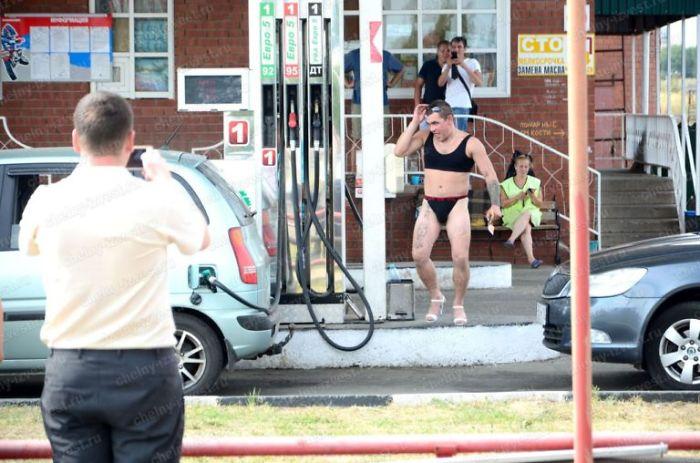 Résultats de recherche d'images pour «bikini guys in gas station»