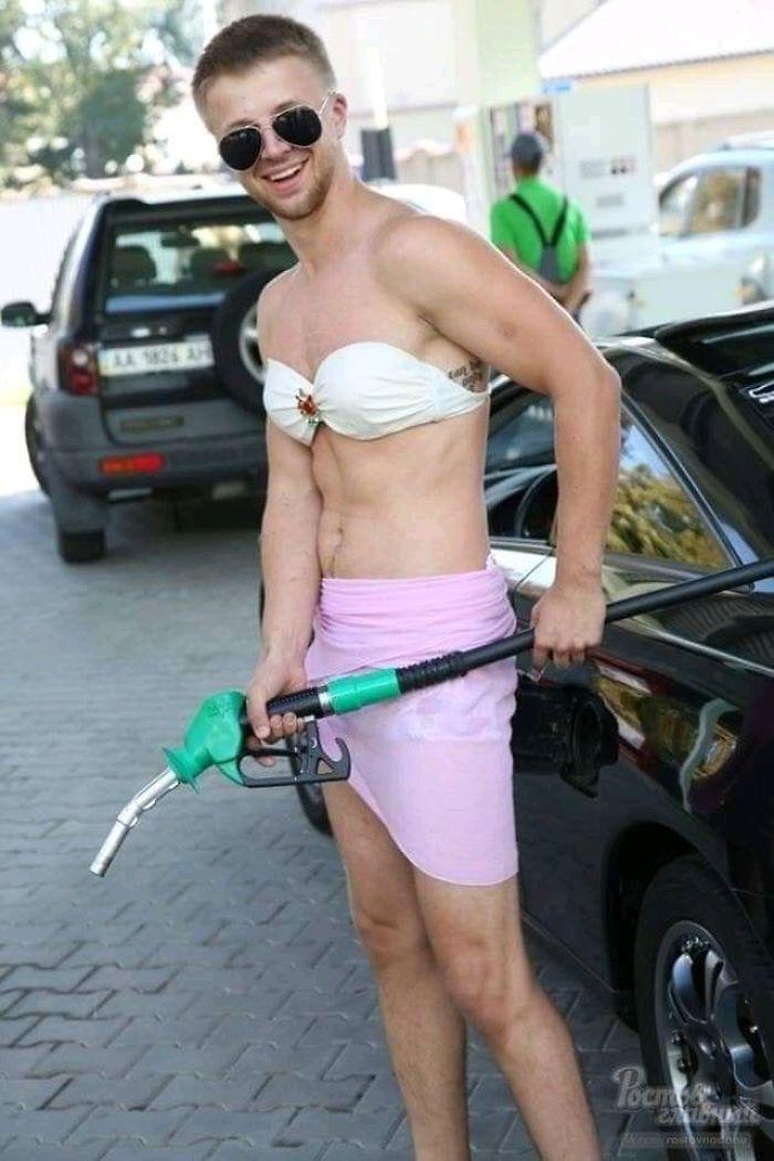 Résultats de recherche d'images pour «Russian Gas Station Offers Free Fuel to Anyone in Bikini»