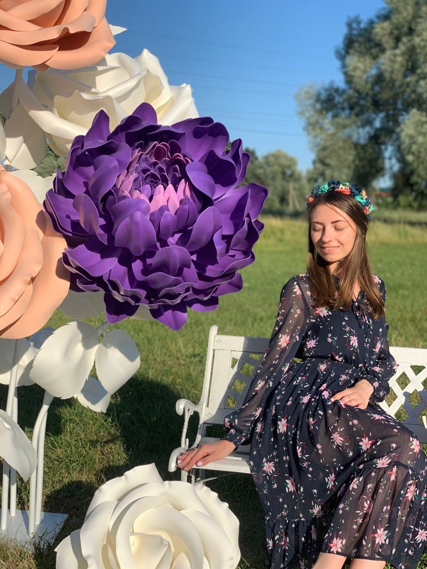 Start Up At 47 Y.o. Giant Flowers Bloom In Her Hands